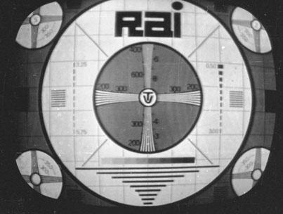 Milano 1961. Monoscopio Programma Nazionale (RAI1) del centro di produzione e trasmissione di Corso Sempione. Negli anni '60 e '70 (Programma Nazionale e Secondo Programma), apparivano, all'interno delle circonferenze bianche