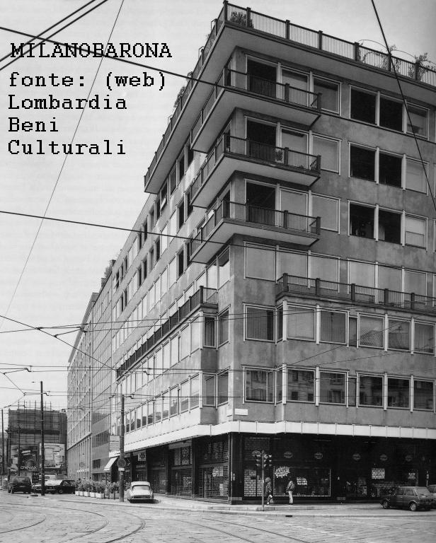 """Milano Brera-Cairoli 1975 circa. """"Casa Binda"""" (ultimata nel 1964) all'angolo con Via Cusani. riferimenti cronologici http://www.lombardiabeniculturali.it/architetture900/schede/p4010-00523/"""