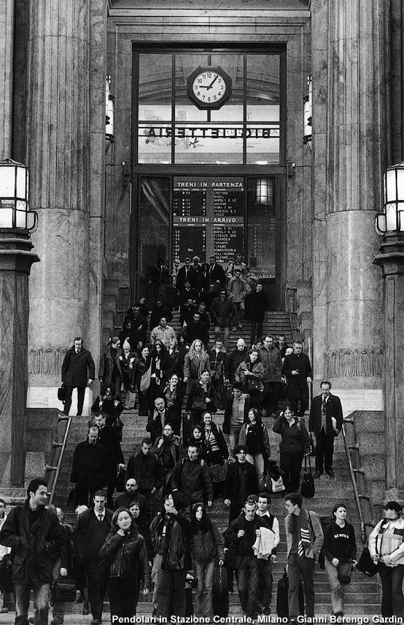 Stazione Centrale, flusso di pendolari lungo la scalinata di uscita della stazione. (datazione immagine non presente, presumibilmente anni '80-'90 del 1900). Autore immagine gianni Berengo Gardin (fonte stagniweb)