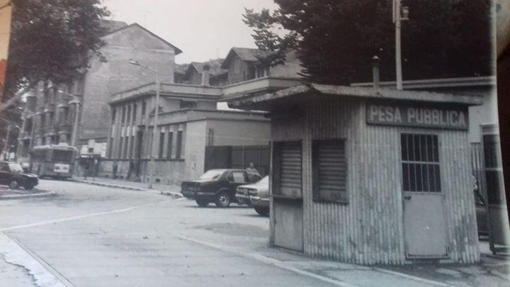 Corvetto, seconda metà anni '70 (o 1980 circa). Pesa Pubblica in Viale Enrico Martini quasi all'angolo con Piazzale Luigi Corvetto. Immagine pubblicata dal sito govserv.org. Autore immagine Ravasi.
