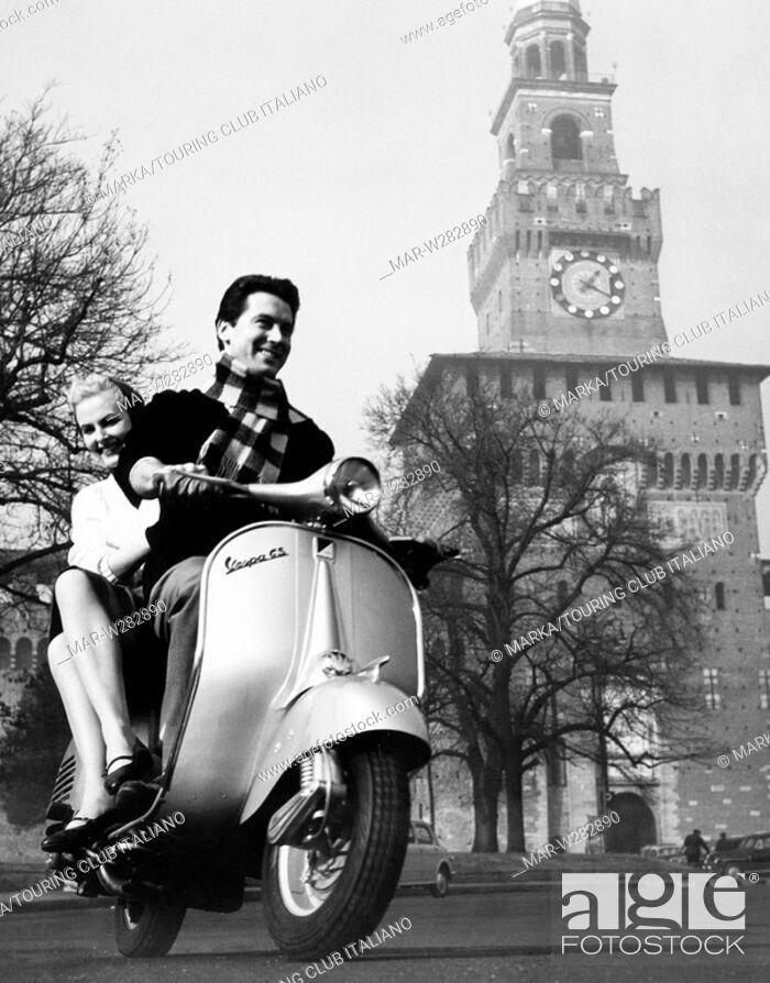Pubblicità scooter Vespa (in evidente concorrenza con lo scooter Lambretta) in Piazza Castello nel 1958. (Fonte immagine web agephotostock, derivazione immagine Touring Club Italiano)