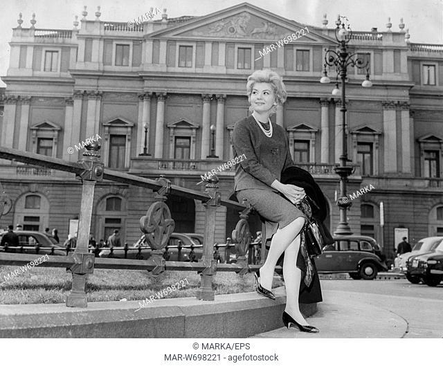 Una foto ricordo (di taglio quasi professionale) in Piazza della Scala, anni '50 del 900.