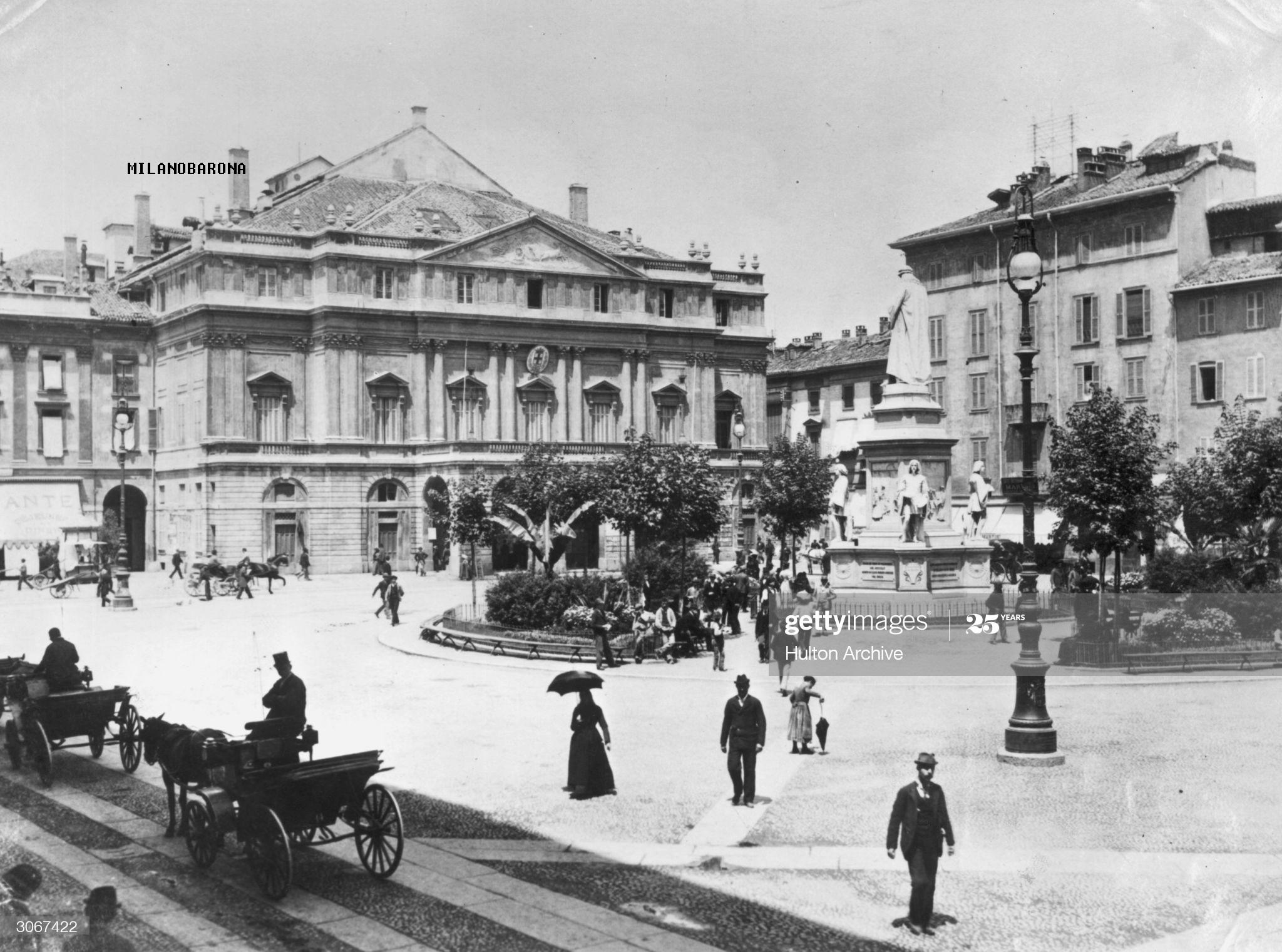 Piazza della Scala 1890 circa. Autore immagine: Hulton Archive/Getty Images Japan)
