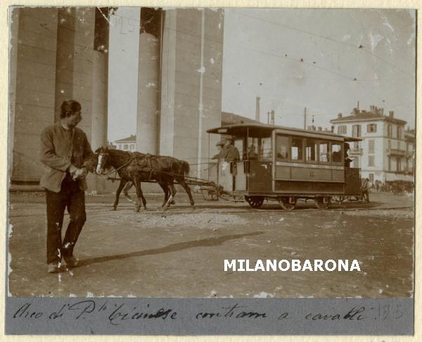 Porta Ticinese 1900 circa (attuale Piazza XXIV Maggio), tram a cavalli (omnibus), Porta del Cagnola. Fonte immagine: web lombardiabeniculturali