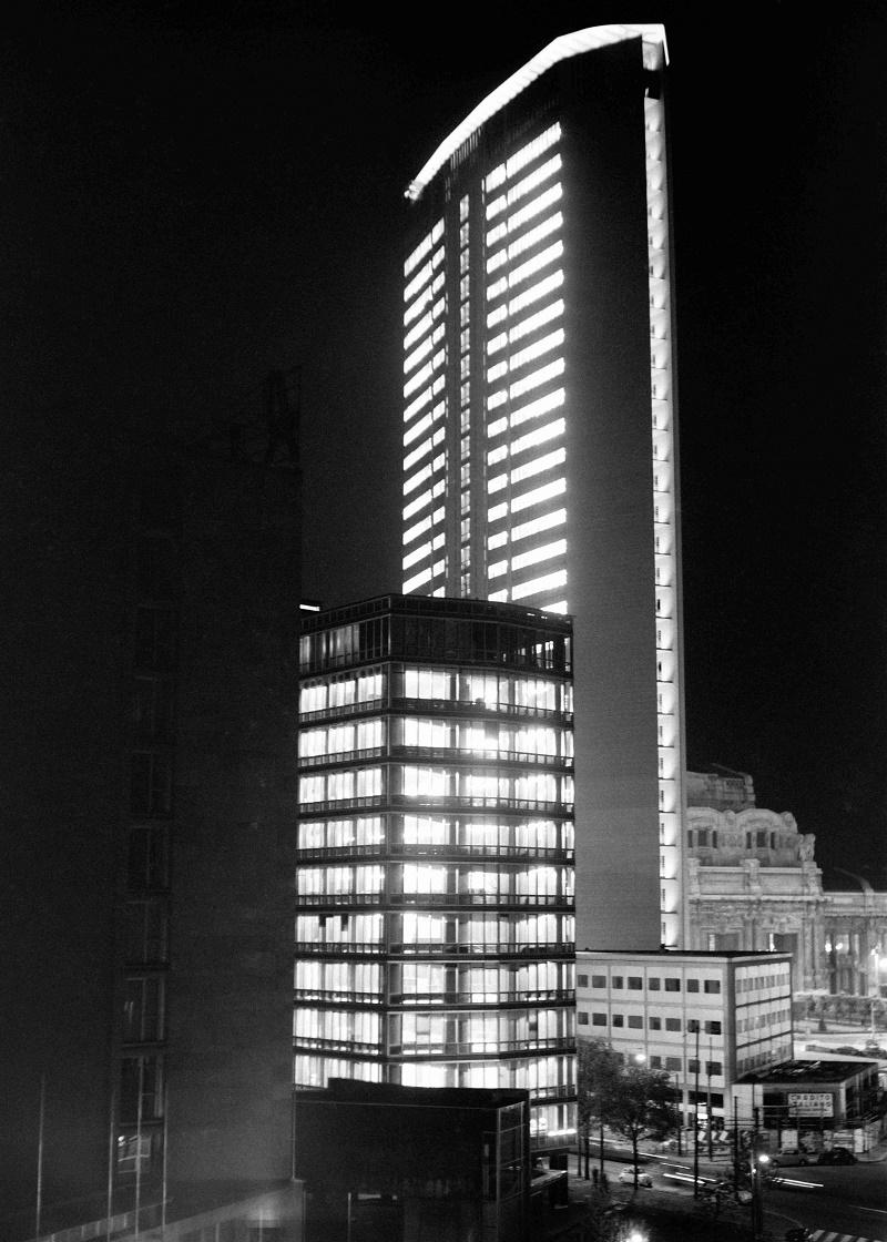 Immagine notturna del grattacielo Pirelli in epoca di poco successiva alla sua ultmazione nel 1960. (fonte immagine: web renzotortelli.it)