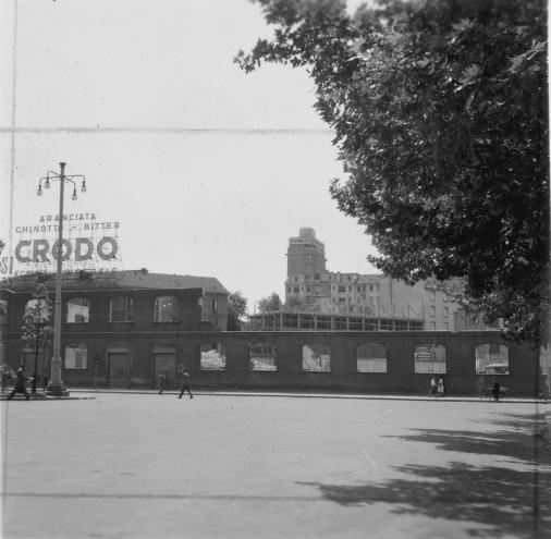Piazza Duca d'Aosta 1955-56 circa. Resti degli ex Stabilimenti Pirelli della Brusada, distrutti durante i bombardamenti aerei angloamericani nel periodo bellico. Quest'area vedrà la realizzazione del futuro Grattacielo Pirelli. (fonte fondazionepirelli)