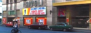 Milano 1973 San Babila Via Cerva. Cinema Rivoli (chisura definitiva della Sala nel 1984). (fonte giusepperausa.it)
