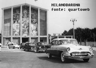 """Quarto Oggiaro, 1966 circa, matrimonio con auto """"USA"""" (negli anni '60 era in voga l'usanza di celebrare matrimoni con noleggio di modelli anni '50 di automobili americane)."""