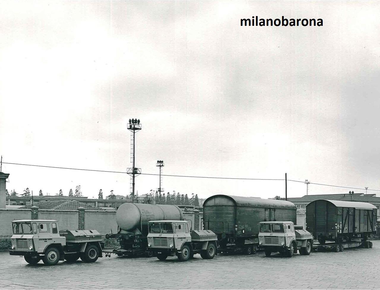 Milano Farini-Monumentale 1965. Piazzale interno, scarico e carico merci, dello Scalo Farini di Via Valtellina. (archivio sdfgroup)