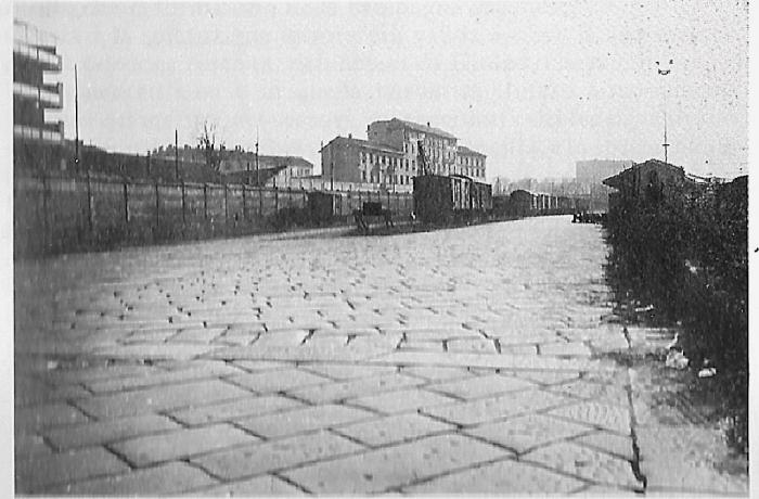 Porta Genova 1970 circa. Scalo ferroviario parallelo alla Via Valenza. Fonte immagine: web mumi-ecomuseo.