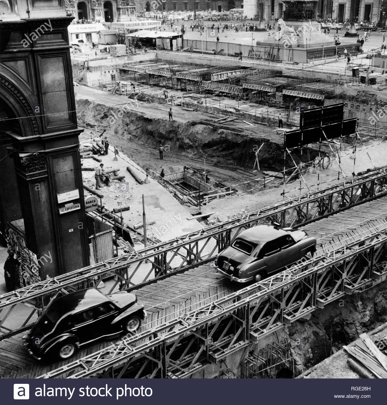 Piazza Duomo primissini anni '60 durante gli scavi della linea 1 della metropolitana. Sopraelevazioni di aspetto quasi militare (da genio pontieri) per i pocho varchi automobilistici in una Piazza letteralmente sospesa nel vuoto...