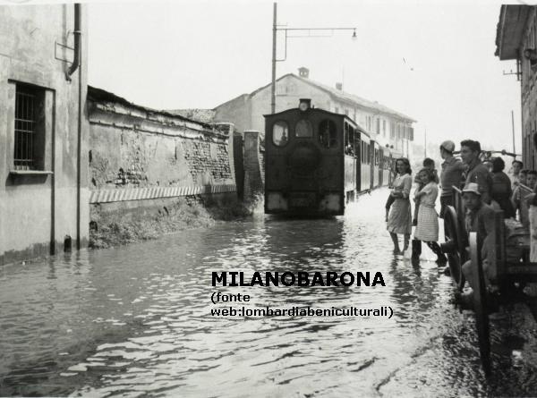 """Roveda (Mi) frazione di Sedriano (1945-49 circa)- Il """"gambadelegn"""" (Porta Magenta-Magenta-Castano Primo) transita lungo strade allagate. (fonte immagine. web lombardiabeniculturali)"""