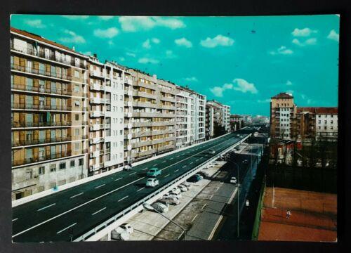"""Sopraelevata/viadotto di Viale R. Serra/Monteceneri negli anni '60 all'indomani della sua ultimazione. Errori urbanistici ? Probabile ma non sembra che in questi decenni le amministrazioni comunali, da Formentini, Albertini, Moratti, Pisapia, Sala, si siano mai posti il problema di come rifare (senza passare dalle speculazioni edilizie di cui questi sindaci si sono resi vergognosamente protagonisti, tanto che Milano non sembra più Milano in vaste aree dpve la speculazione edilizia ha sventrato e cementificato in ogni dove (nell'elenco abbiamo anche Milano Certosa e l'area di Cascina Merlata, dove palazzoni in condominio alveare sorgono malgrado, a suo tempo, Pisapia e Sala promisero di non perpetuare i piani di speculazione della Moratti... A prescindere dalle boiate che si leggono su Urbanfile e altri web dove si propngono, per quella sopraelevata (Monteceneri-Serra) la chiusura e la sua trasformazione in giardino pensile (il problema del traffico e dello smog non si risolverebbe, il traffico ritransiterebbe più in basso proprio come prima della realizzazione dell'infrastruttura. Soluzioni ? Mah, a parte l'insediamento, in questi ultimi 20 anni di neo milanesi (molti proveninenti dal sud Italia, in condizioni urbanistiche peggiori di Milano) """"radical-chic"""" lamentosi del troppo smog, del rumore, del traffico, della bruttezza di certe vie di Milano, proprio come quella in immagine (si tratta di vie, insieme a Viale Puglie, Corvetto e Marocchetti... ma anche Piazza Maggi alla Barona... dove l'aspetto urbanistico è simile a quello di città come Genova, in quartieri prossimi al noto ex Ponte Morandi... Come si è scritto alcune settimane fa, il chiudere la sopraelevata non risolve il problema di una città a circolazione automobilistica basata sulle circolnvallazioni e sull'assenza di progetti viabilistici radicali... uno di questi sarebbe il sostituire la sopraelevata (da abbattersi) con un sottopasso in tunnel... ovviamente opera faraonica, con oneri non sostenibili dal"""