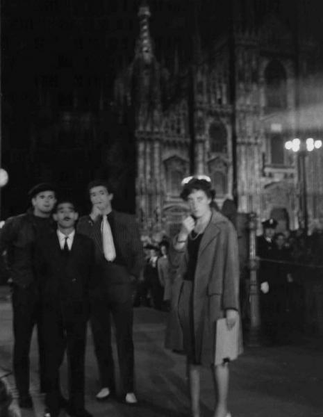 """Piazza Duomo 1959, fuori scena del """"set"""" cinematografico del Film """"Audeace colpo dei soliti ignoti"""" di Nanni Loy."""