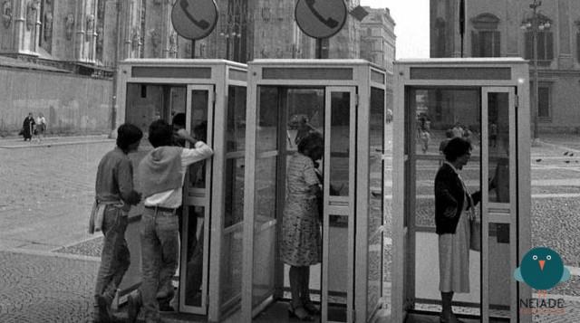"""Il """"modernariato"""" della telefonia pubblica anni '70 e '80. Piazza del Duomo dal lato Arengario e Palazzo Reale, anni '60. Cabine telefoniche Società Idroelettrica Piemontese a gettoni. I gettoni telefonici, escludendo l'uso improprio (anni70 e 80). come moneta corrente al cambio... vennero soppressi verso il 1993 , nel senso che SIP, nella fase di privatizzazione in TELECOM oltre a dismettere il famoso sistema di condivisione di un solo combinatore telefonico con due abbonati SIP, terminava il conio dei gettoni telefonici SIP che vennero utilizzati sino al 1995 circa, quando si decise di sostituirli alle già esistenti schede prepagate (alcuni telefoni erano ibridi, a gettone e scheda prepagata e rimasero tali sino al 1995 , anno nel quale tutti i telefoni pubblici TELECOM funzionavano solo a scheda magnetica e smisero di essere cablati alla rete telefonica, collegandosi alla medesima tramite ponti radio a frrequenza prossima al Gigahertz. Col diffondersi della telefonia mobile le """"cabine"""" divennero sempre più rare sino a scomparire del tutto."""