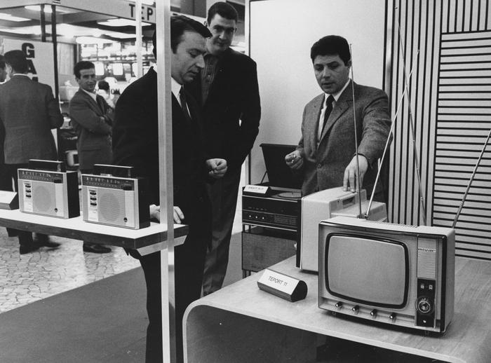 Fiera Campionaria 1966. Stand dell'industria di televisori lombarda MIVAR. (fonte immagine web archivio fondazione fiera)