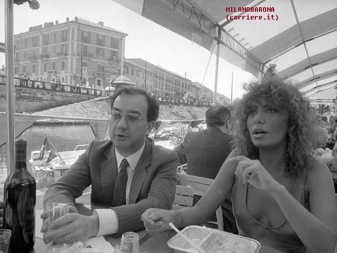 Darsena 1985. Ex sindaco Carlo Tognoli (mandato 1976-86) con Loredana Bertè. (fonte immagine: web corriere.it)
