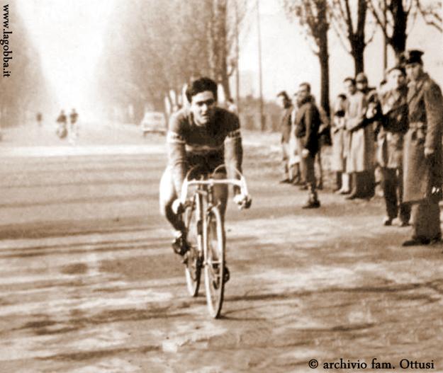 """Milano 1958, Lambrate. Via Feltre. Gara ciclistica organizzata dalla Società Ciclistica """"Cewscenzago Ottusi"""", (fonte fotografica e contestuale web lagobba.it)"""
