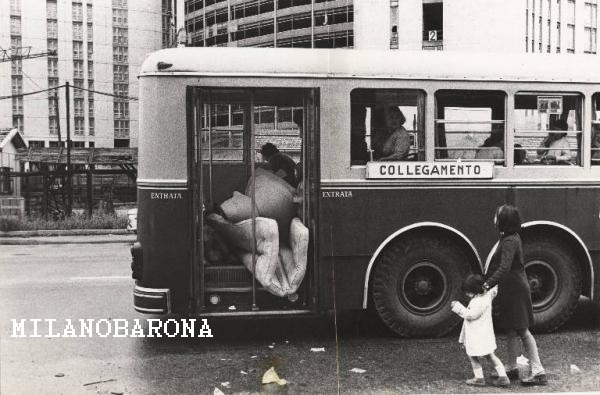 """Milano 1971, Barona. Via Antonio di Rudinì (alle spalle del fotografo l'appena ultimato plesso di residenza in Casa di riposo per anziani). L'immagine, a dispetto di un errore di abbinamento didascalia (gli autori del portale Lombardia beni culturali hanno, involontariamente, invertito immagini e didascalie, falsando una corrispondenza) non corrisponde ad uno sgombero da alloggi ex IACP in Viale Tibaldi (Ticinese) ma ad un analogo sgombero di abuusivi dal cantiere, probabilmente ultimato, del complesso geriatrico oggi denominato """"Casa di riposo Famagosta"""". Si rammenta che negli anni '70 (qui siamo nel 1971) premeva, a Milano, una emergenza alloggi che era dovuta, non tanto e non solo ad una massiccia immigrazione interna dall'Italia meridionale. Gli anni '60 e '70, a discapito di una Repubblica Italiana costituzionalmente antifascista (e conseguentemente di una Milano, di allora, ufficialmente antifascista), proseguiva e completava l'esodo di famiglie (anche milanesi e lombarde) dalle case di ringhiera/corte del centro storico per favorire le immobiliari che demolendo tali vecchi plessi abitativi... ricavano terreni a basso costo dove edificare condomini di lusso, in pieno centro, per la ricca borghesia (milanese ma non solo) che trafugava i propri capitali in Svizzera e Montecarlo... potendosi permettere soluzioni abitative all'ombra della Madonnina... Il Comune di Milano si indebitava per tentare di risolvere questi drammi sociali... ma nella maggiorparte delle volte non sapeva farvi fronte. L'immagine ritrae, in piena Barona tra i Quartieri Sant'Ambrogio I e II° (appena ultimato), uno sgombero di famiglie che avevano occupato gli ambienti paraospedalieri della suddetta casa di riposo. Del resto, dall'immagine, si identifica molto bene la sagoma del costruendo Ospedale San Paolo alla Barona. (fonte Lombardia beni culturali). PS . Questo genere di foto sono scartate dalle Milano Sparita SSC e Facebook e Da Milano alla Barona... sono troppo tristi... mettono a nudo """