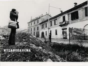 """Milano 1975, Ticinese. Via Filippo Argelati in corrispondenza del Centro Sociale """"Argelati"""". (fonte immagine web """"fotografie in comune""""; autore Carla Cerati)."""