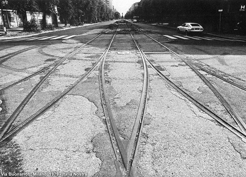 Via Buonarroti 1979 (fonti Stagniweb, Italianostra). Una breve nota. Nel sito da dove questa immagine viene prelevata si parla di degrado di Milano a ridosso dell'abbandono del Piano Regolatore PRG 53. I rattoppi dell'asfalto on prossimità dei binari tranviari non è una caratteristica di quegli anni ma di sempre. Tutt'oggi, se andassimo in Viale Con Zugna assisteremmo a cedimenti , tipo cratere, della posa dell'asfaltatura in prossimità della pavimentazione tranviaria, un problema esistente da sempre che all'estero venne risolto inserendo una tipologia di asfalto, in prossimità dei binari, idonea alle vibrazioni prodotte da transito delle vetture, accorgimento mai adottato, sino ad oggi, dal Comune di Milano. (fonte stagniweb)
