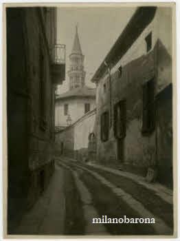 Milano 1900 circa. Duomo-Verziere. Via delle Ore con veduta del Campanie della Chiesa di San Gottardo in Corte. (fonte: web fotografieincomune)
