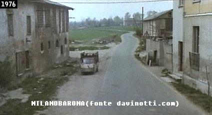 """Barona 1976 (confinante con Basmetto Cascina-Chiesa Rossa). Via Gattinara (cascina Annone sul lato sinistro). Fotogramma del Film """"Come ti rapisco il pupo"""" (la pellicola ha due titoli commerciali, il secondo """"Cinque furbastri, un furbacchione"""". Regia di Lucio De Caro, tra gli interpreti principali, Franca Valeri, Teo Teocoli, Massimo Boldi). La ripresa è stata effettuata dal Ponte pedonale Annone (ricostruito nel 1985). Fonte immagine e contesto cinematografico tratti dal web davinotti.com"""