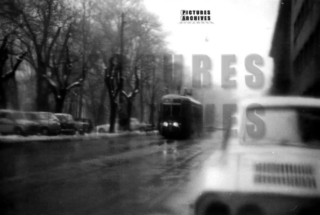 Via Palestro negli anni '60. In evidenza una vettura tranviaria serie 5000. (fonte immagine: web forum mondotram)