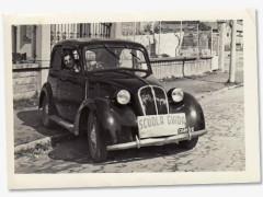 Milano 1962. Tra Porta Romana e il Vigentino. Via Rutilia ed una FIAT Balilla 508/C (presumibilmente del 1939, l'ultimo modello prima del periodo bellico) posteggiata. L'auto, come deducibile dall'immagine, veniva utilizzata come veicolo per l'apprendimento della Scuola Guida.