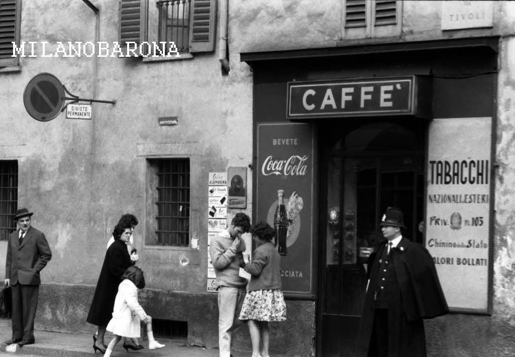"""Milano 1960 circa, Brera. Via Tivoli angolo Corso Garibaldi. (fonte fotografica web """"fotografieincomune"""")"""
