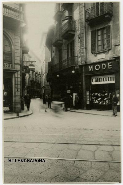 Via San Maurilio vista dalla Via Torino. Datazione immagine assente, preumibilmente anni '30 del 1900. (fonte web Lombardia beni culturali).