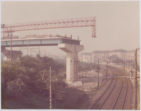 Ortica 1970 circa, vicinanze Via Camillo e Otto Cima, diramazione ferroviaria tra smistamento Segrate e Lambrate FS, viadotto Tangenziale Est in costruzione. (fonte iconoteca.arc.usi.ch)