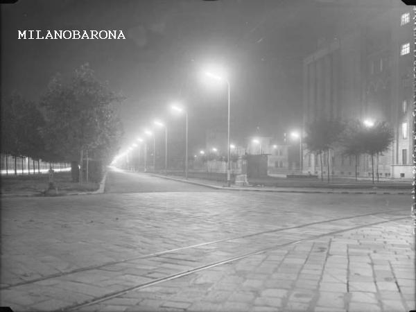 Milano 1957, Porta Romana. Visione notturna (con scighera) di Viale Isonzo angolo Piazza Trento. (fonte Lombardia beni culturali)