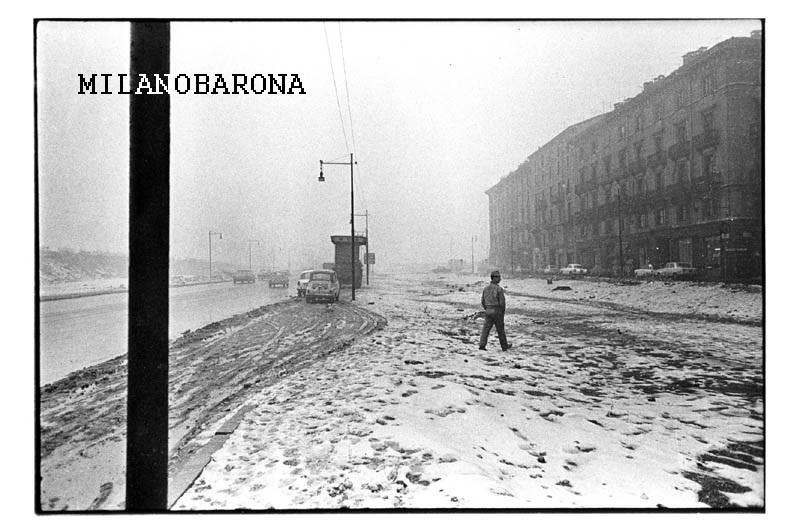 """Milano 1964, tra """"Centro Direzionale"""" verso Porta Garibaldi (ex Varesine). Viale della Liberazione (autore Carla Cerati, fonte miafair.it). Nella foto sottostante alcune valutazioni sulla trasformazione di ques'area negli ultimi 15 anni...)"""