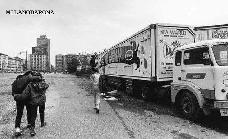 Milano Porta Garibaldi (anni '80 del 1900). Viale della Liberazione a ridosso dell'area dove un tempo sorgeva la Stazione delle Varesine, per circa 40 anni utilizzata come area di stazionamento Luna Park e giostre varie. (Pinterest)