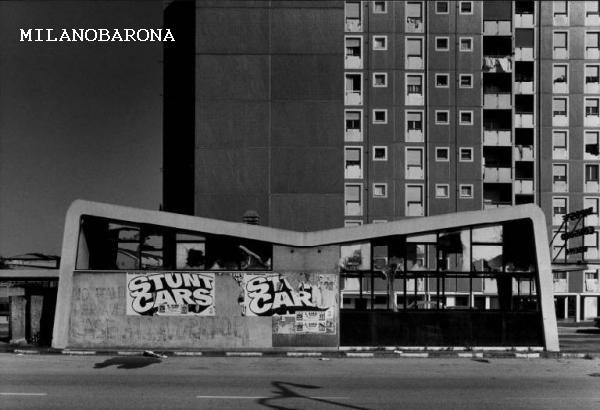 """Milano 1978 Bicocca. Periferie nate già degradate. Siamo alla fine di Viale Sarca (dal lato opposto del plesso di edilizia ex IACP, oggi chiamato """"Case bianche"""", fortino della droga e del controllo territoriale criminale), Largo Bignami. Un simile complesso di edilizia (nata come soluzione temporanea di """"emergenza"""") prefabbricata sorge anche nell'estremo opposto, alla Barona, la nota Via Lope de Vega (con problematiche simili). Autore immagine Gabriele Basilico, fonte web Lombardia beni culturali."""
