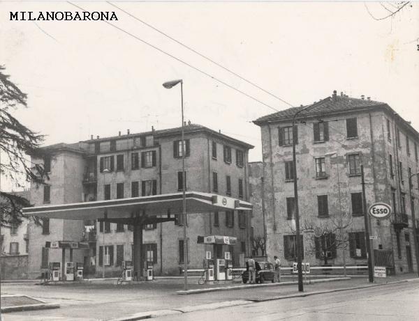 Milano 1970 (tra Ticinese, Vigentino e Porta Romana). Viale Toscana (tra Via Ripamonti e Cesare Balbo). L'area di servizio inquadrata nell'immagine, realizzata verso il 1970, è attualmente occupata da un condominio costruito qualche anno fa. (autore De Bellis Giancarlo, fonte Lombardia beni culturali).