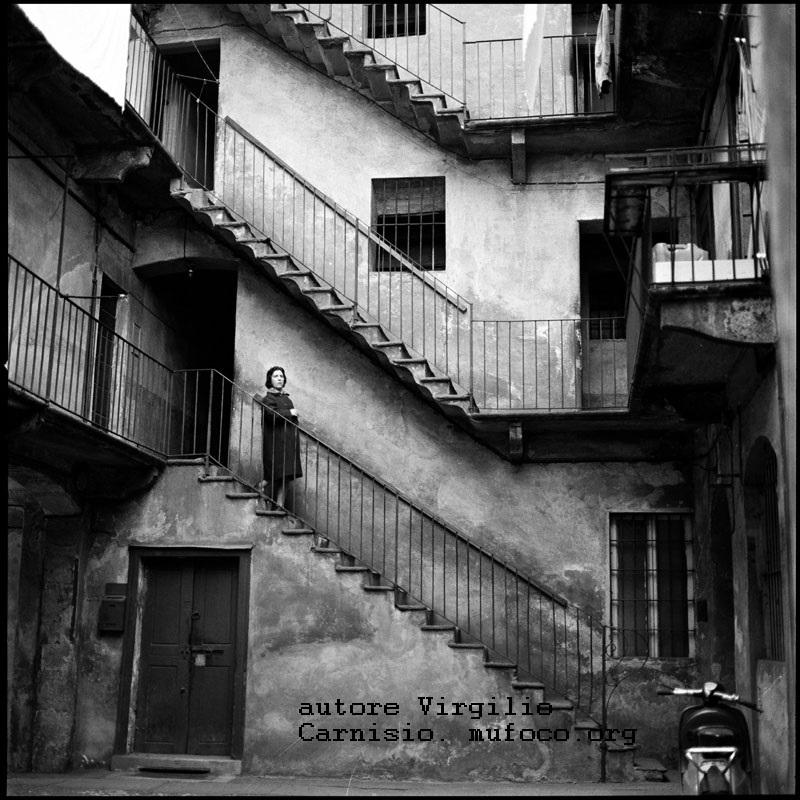 Milano, luogo e data non precisati. Case di ringhiera e relativa corte. Autore Virgilio Carnisio (fonte web mufoco)