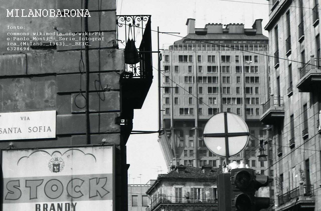 Milano 1963 circa, Porta Romana, Via Santa Sofia angolo Corso di Porta Romana (prima degli sventramenti edilizi della seconda metà anni '60 lungo la Via S. Sofia). Fonti e autore sovraimpressi nell'immagine.